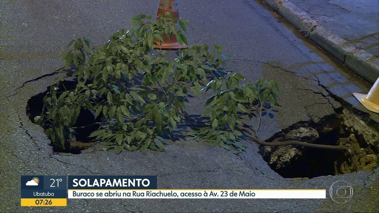 Cratera bloqueia rua da região Central de SP