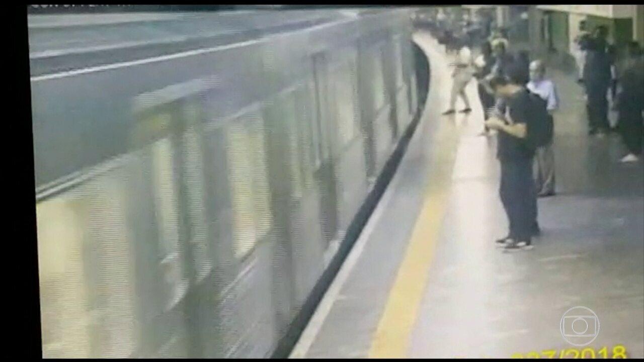 Mulher sobrevive após ser empurrada para baixo de um vagão do metrô em SP