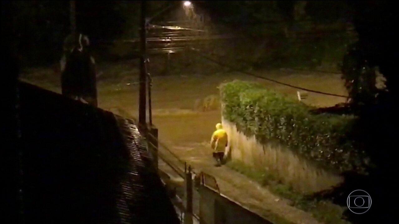 Chuva causa estragos e morte de menina em Santa Catarina