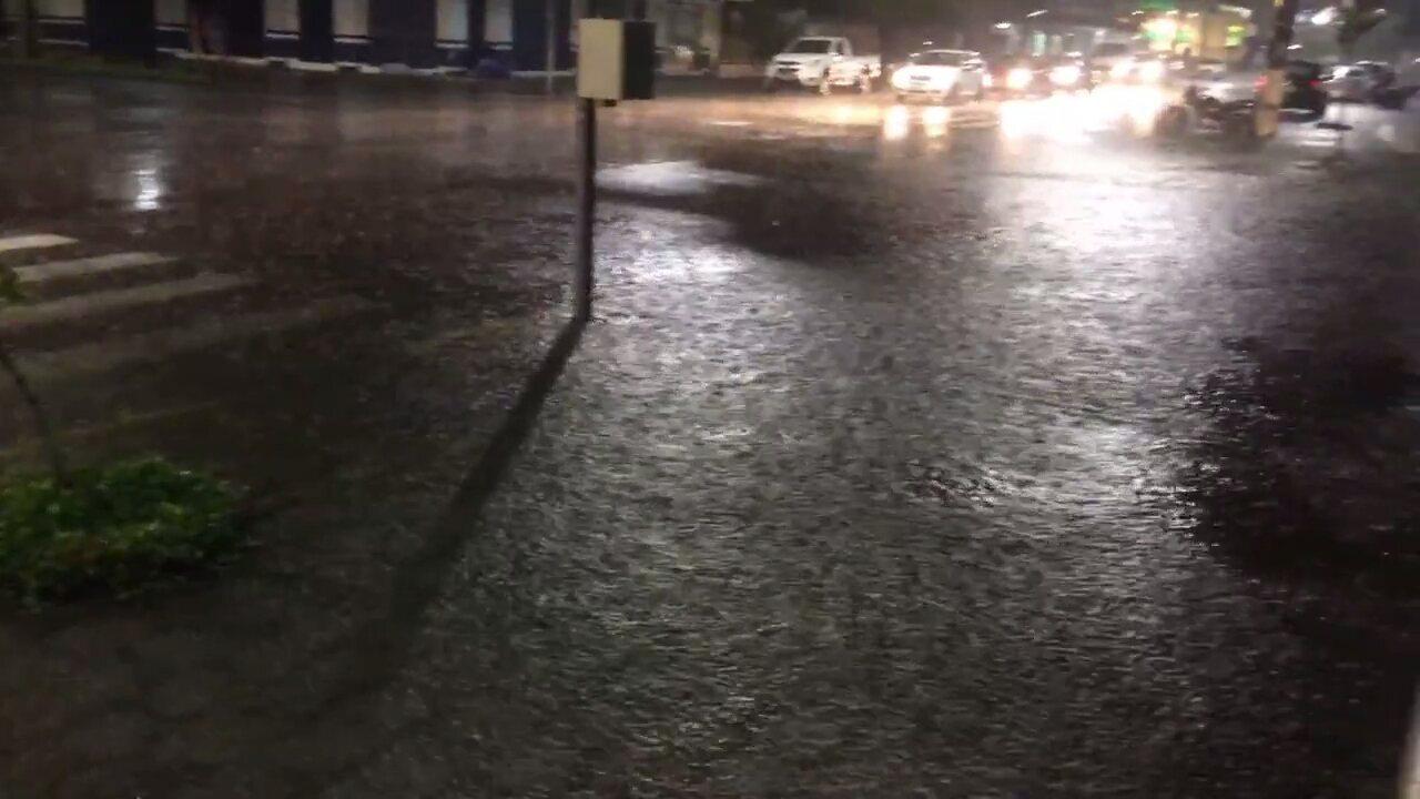 Chuva alaga ruas no litoral do Paraná