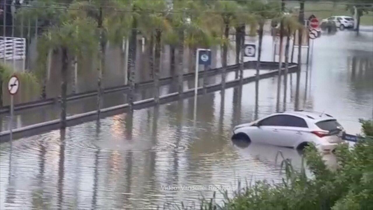 Chuva deixou ruas alagadas no bairro Jurerê Internacional, em Florianópolis