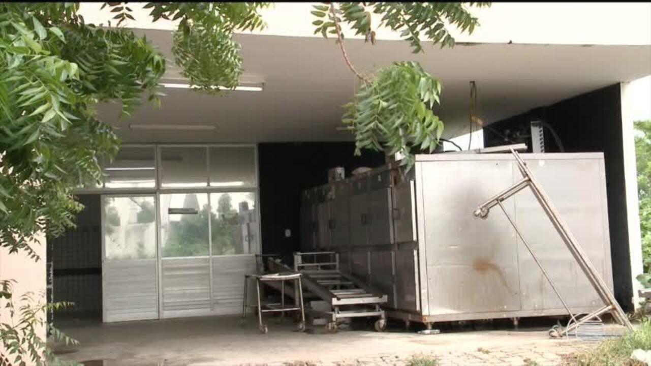 Vizinhos reclamam de mal cheiro e corpos não identificados se amontoam no IML