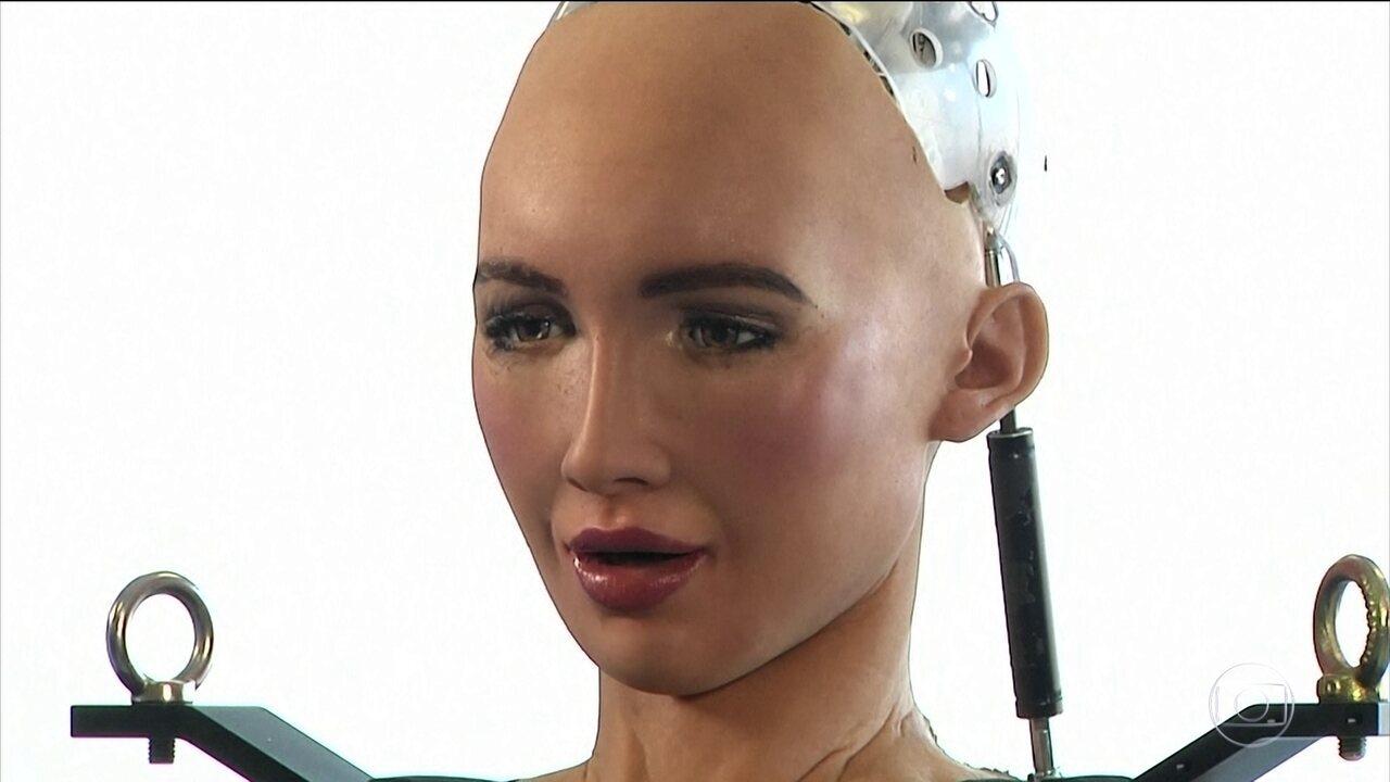 Robô que se movimenta como humano é atração de feira em Las Vegas