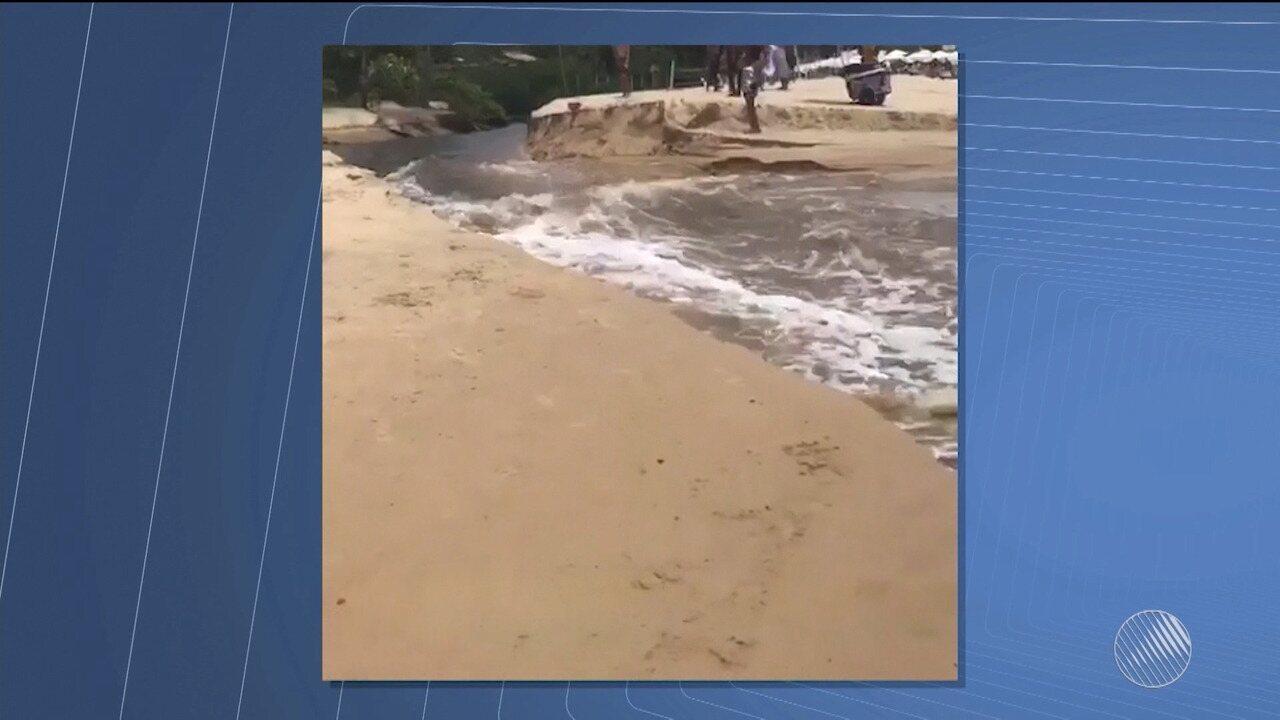 Moradores e turistas de Arraial D'Ajuda reclamam de egosto lançado em praia da região