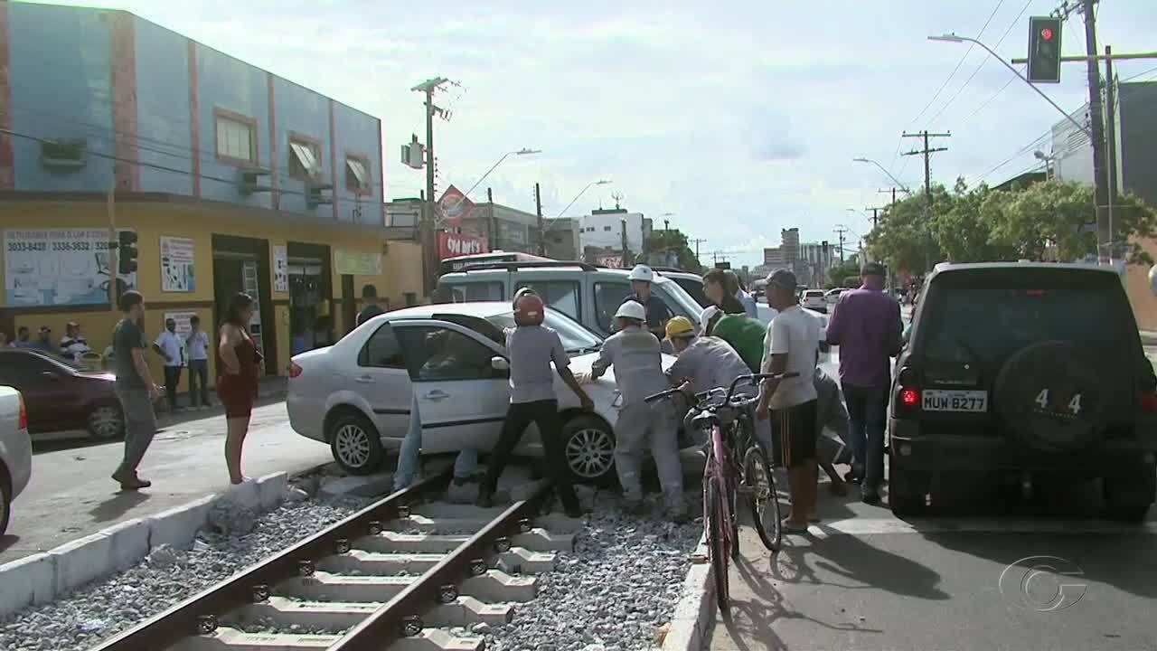 Carro é atingido por VLT após tentar cruzar linha férrea no Poço