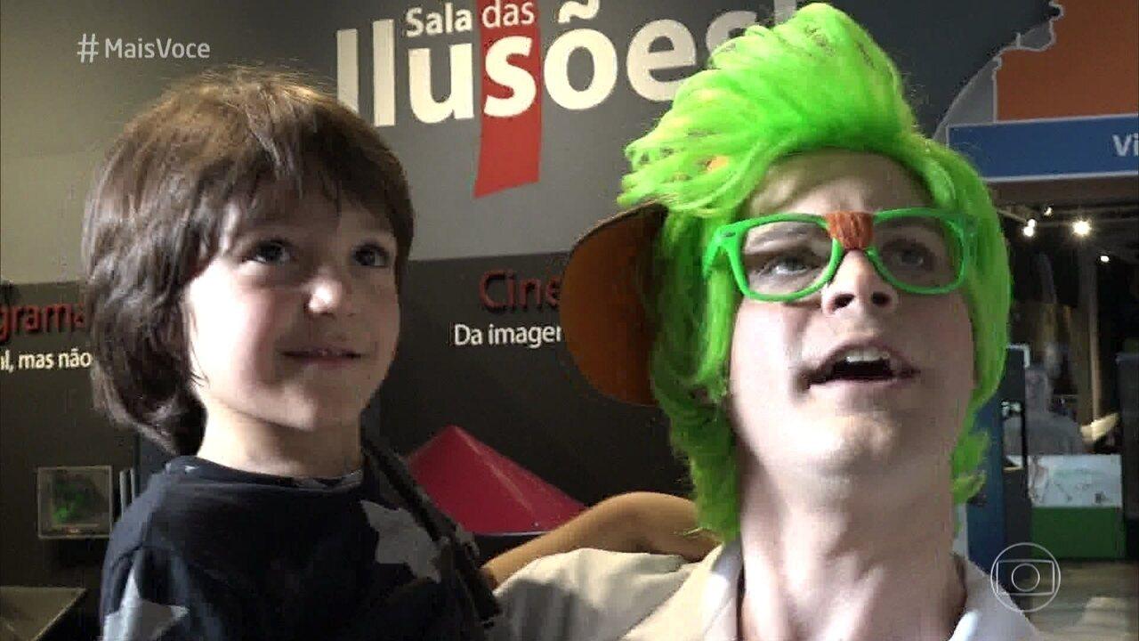 Tonelada leva o menino Theo para uma visita ao Museu Catavento