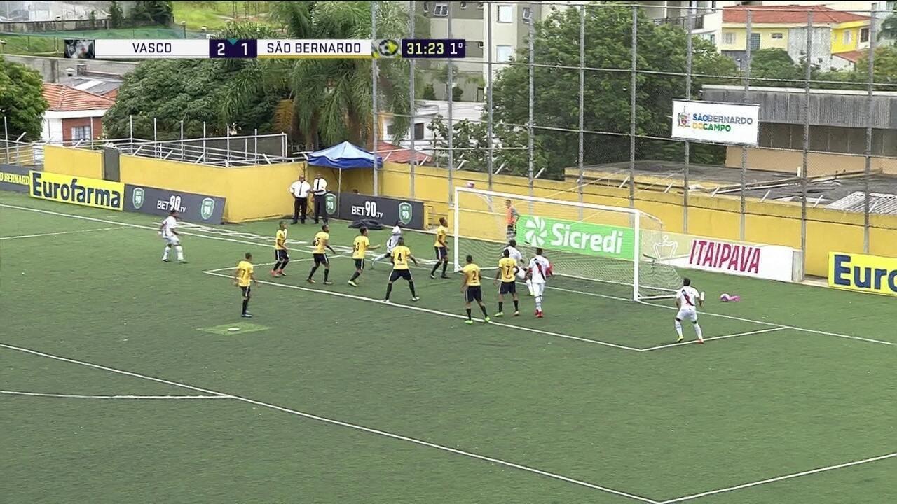 Hugo Borges cabeceia, Diego faz a defesa e bola ainda toca na trave aos 31 do 1º tempo