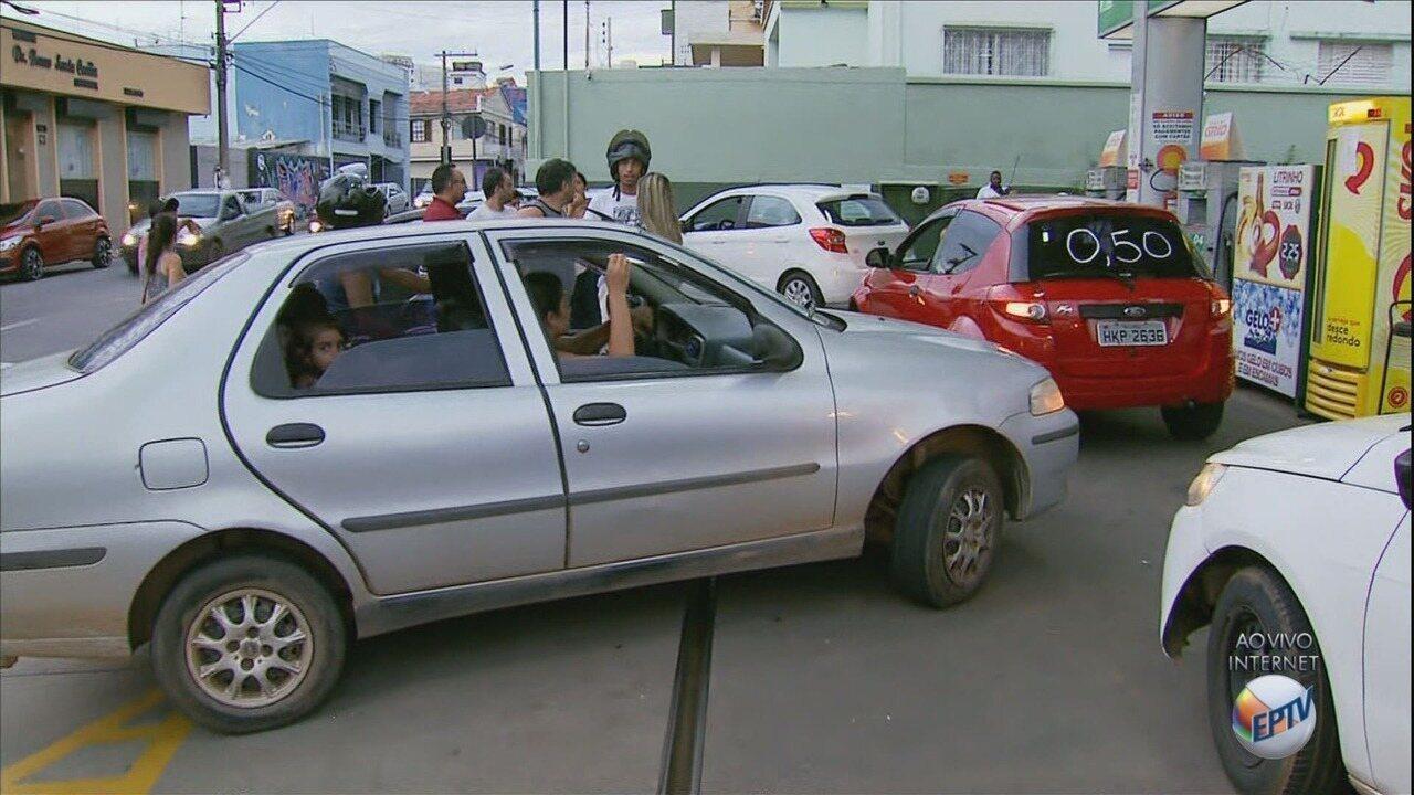 Motoristas e motociclistas protestam pelo preço da gasolina em Lavras (MG)