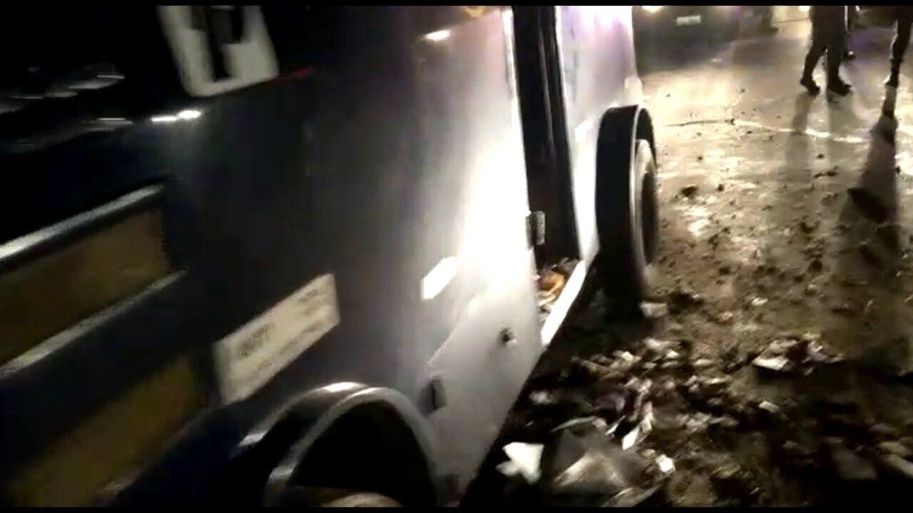 Carro-forte é alvo de investida criminosa na BR-232, em Moreno