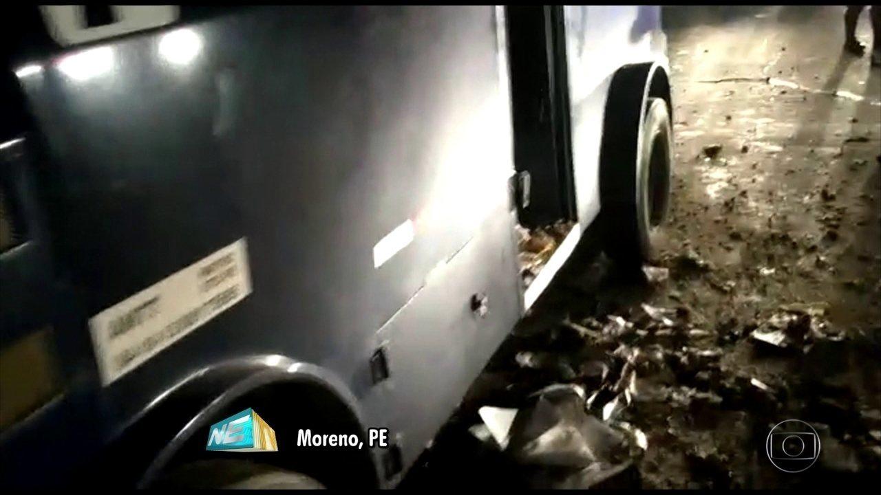 Carro-forte é atacado por bandidos e dois vigilantes ficam feridos