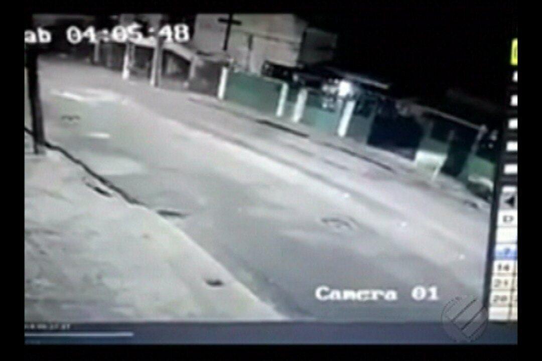 Moto com duas pessoas invade jardim de casa em Belém