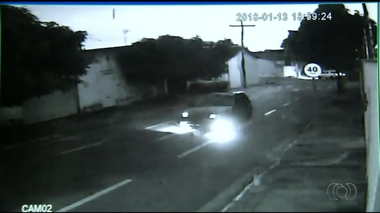 Motorista atropela duas pessoas no centro de Araguaína e foge sem prestar socorro