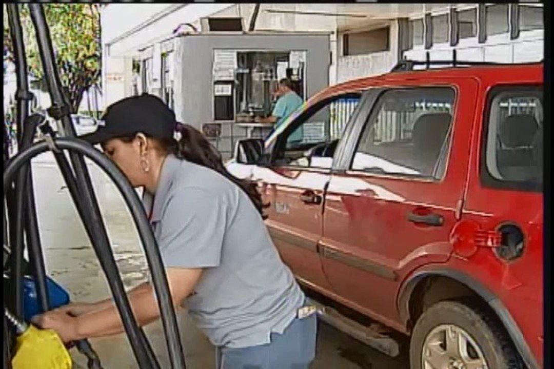 Por causa do preço do combustível em Uberaba, motorista abastece veículo em Aramina (SP