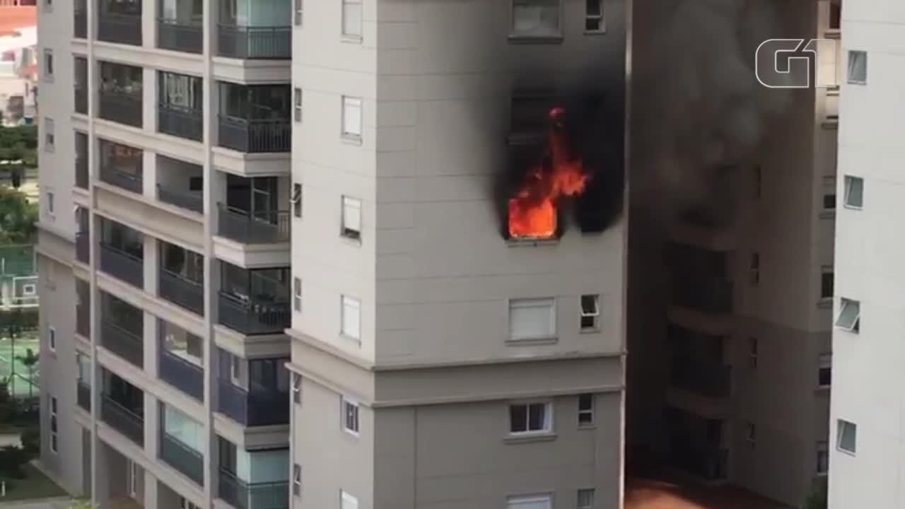 Vizinhos ajudam a apagar incêndio em apartamento em São Bernardo do Campo