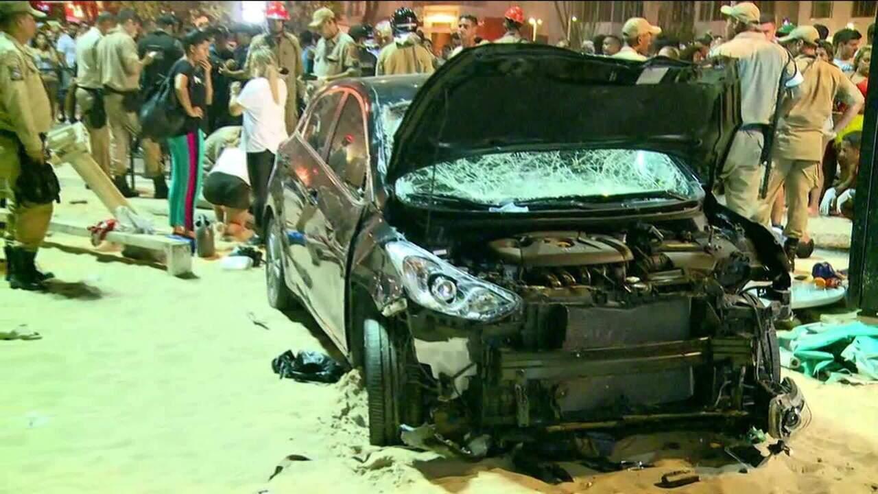 Carro invade areia de Copacabana e atropela várias pessoas