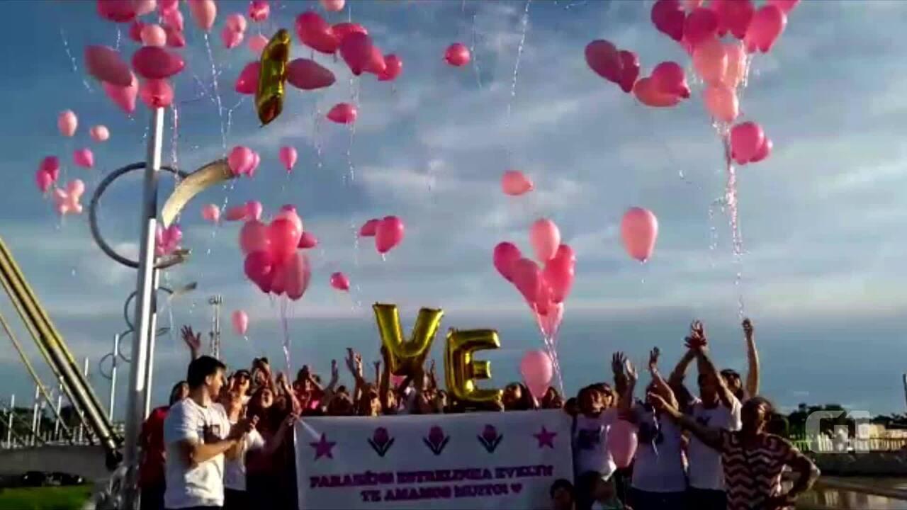 Amigos e familiares soltaram balões em homenagem a jovem que morreu após câncer