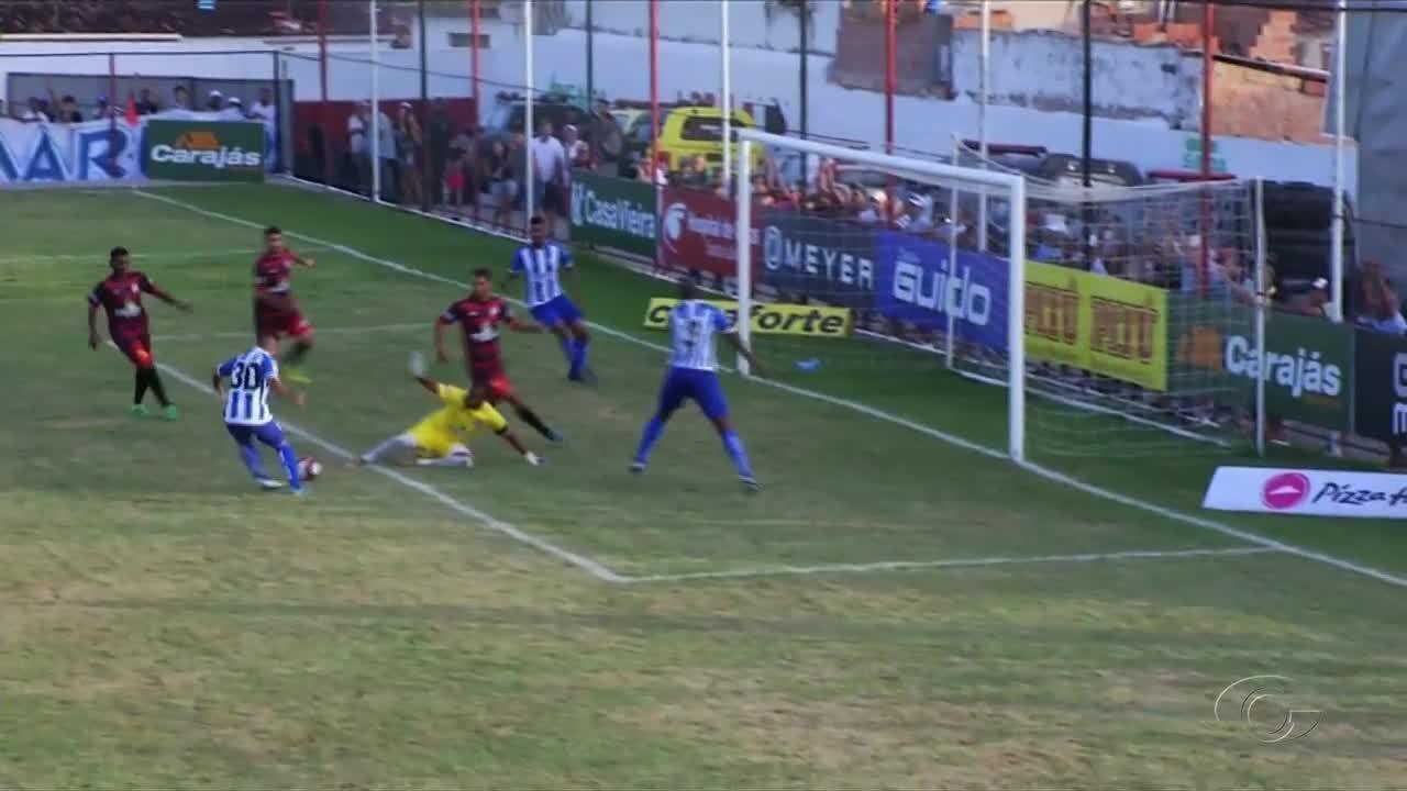 Bruno Veiga perde ótima chance aos 10 minutos do segundo tempo