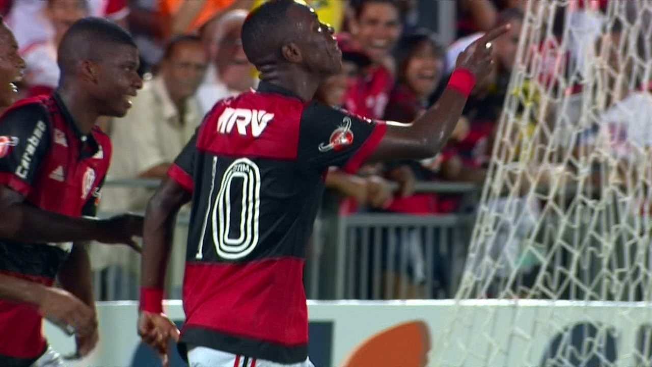Gol do Flamengo! Vinicius Junior completa cruzamento de Rodinei, aos 32' do 1º tempo