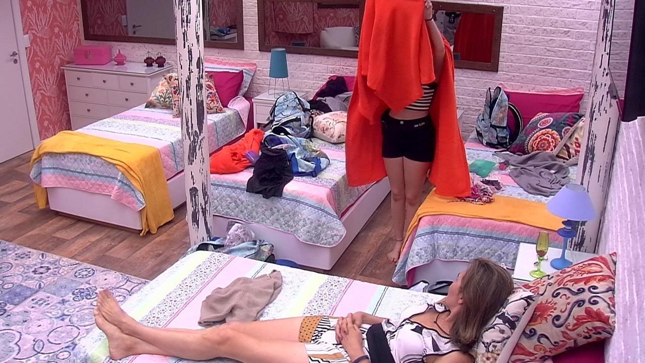 Ana Clara troca de roupa embaixo do edredom