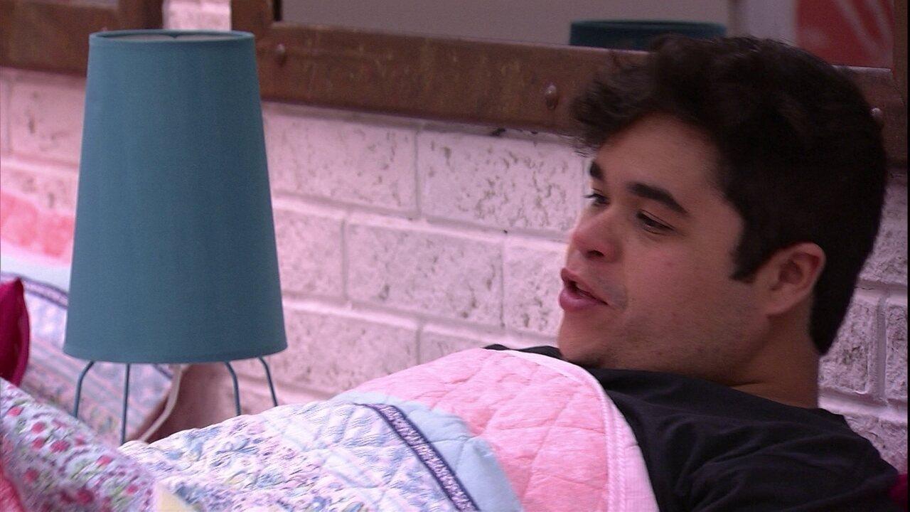 Jorge deita na cama e brinca: 'Vou testar aqui'