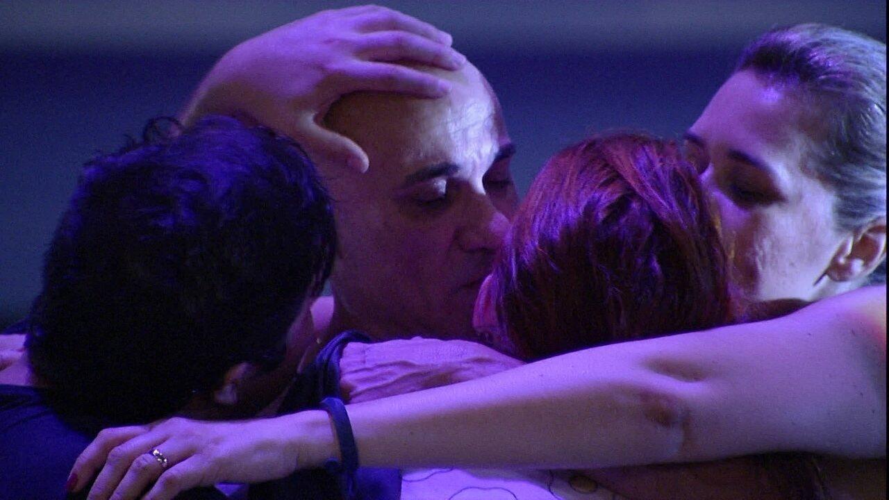 Família Lima se abraça e Jorge fala para Ayrton: 'Estamos felizes por você'
