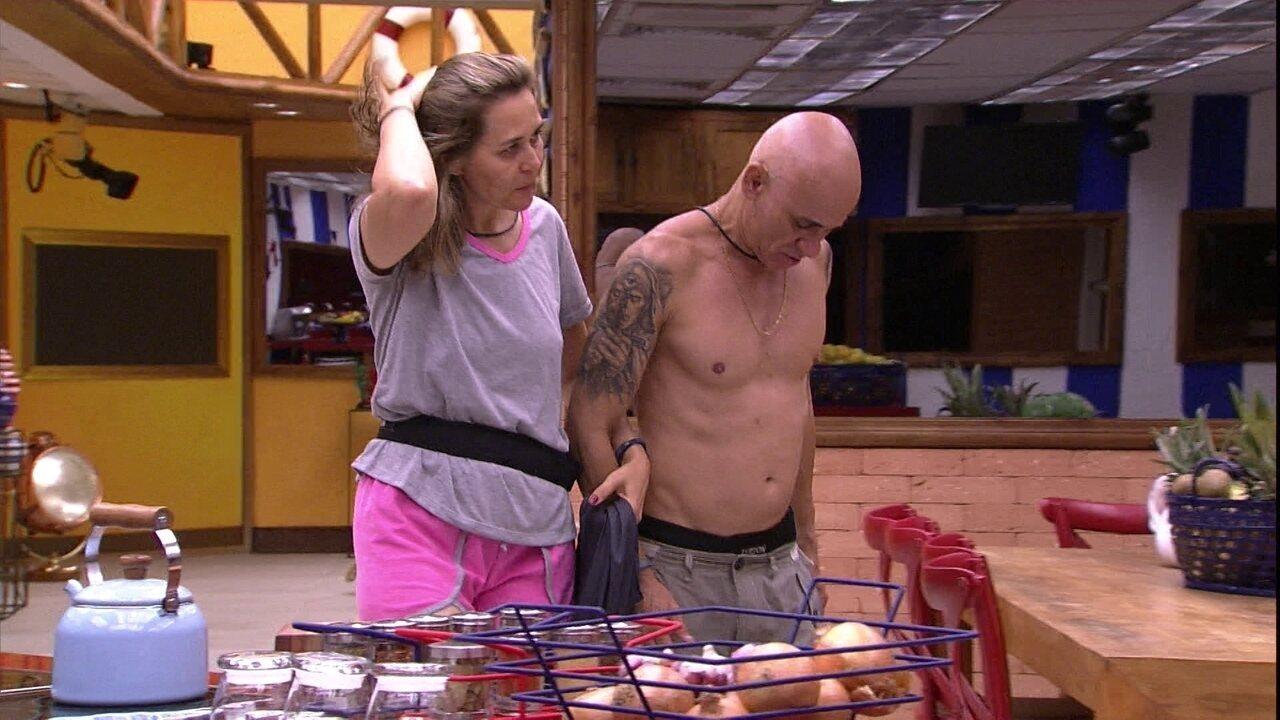 Eva leva Ayrton para tomar banho no Lar da família Lima