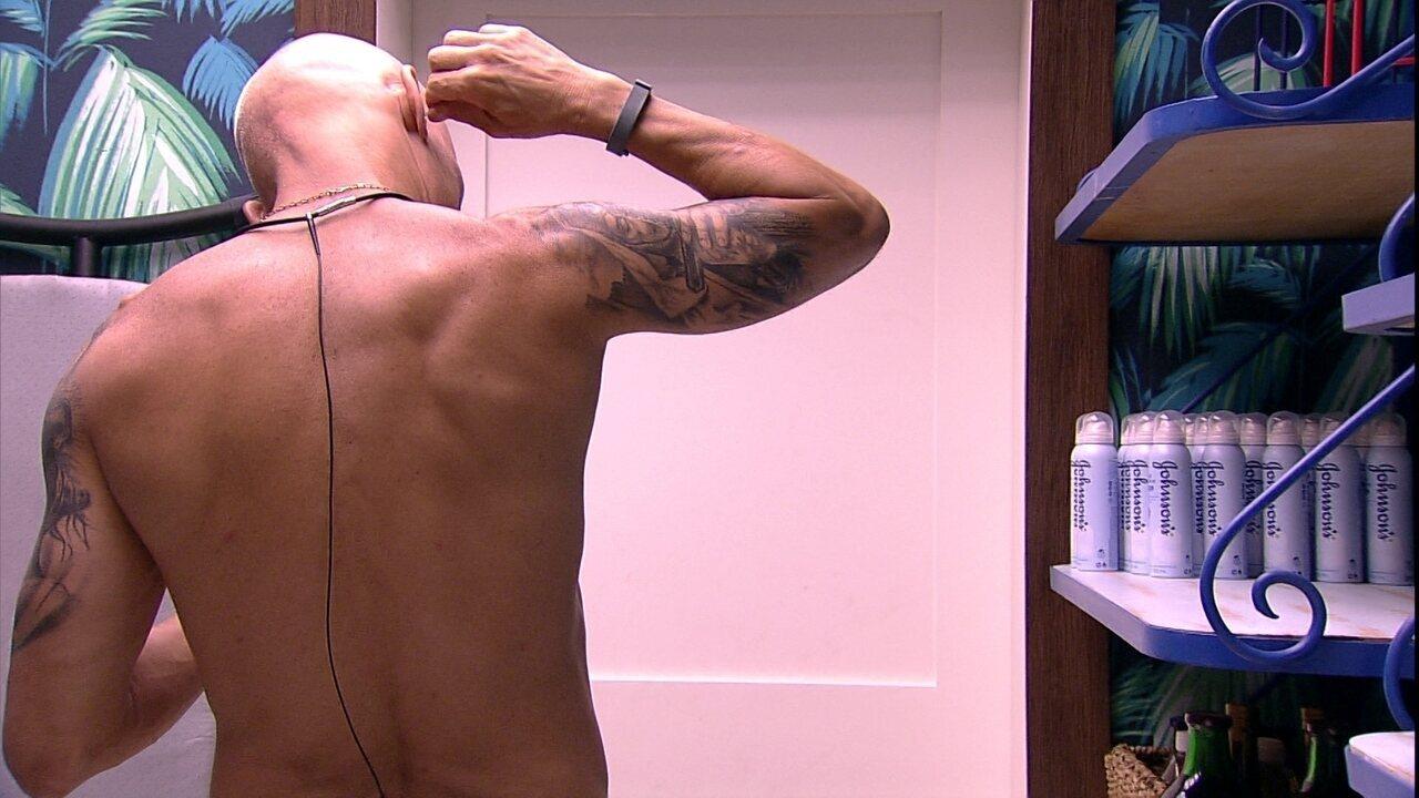Ayrton limpa ouvido e passa desodorante na despensa