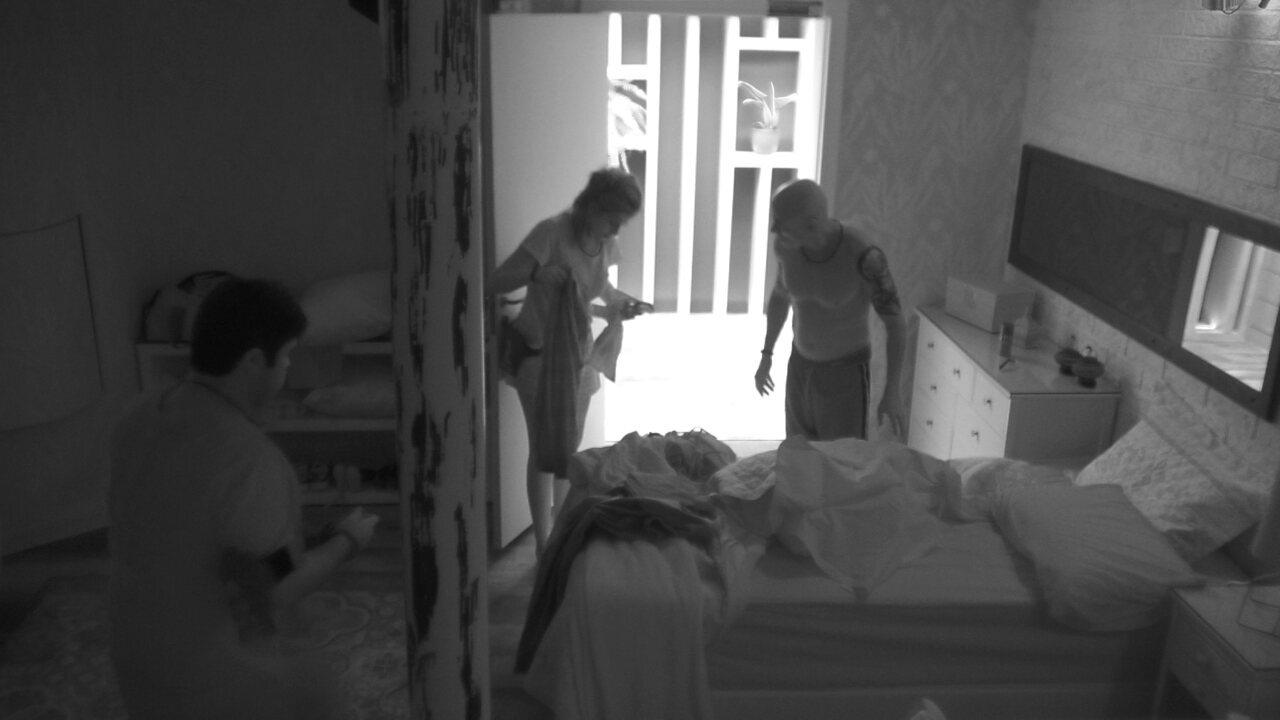 Ana Clara e Jorge separam roupa para tomar banho
