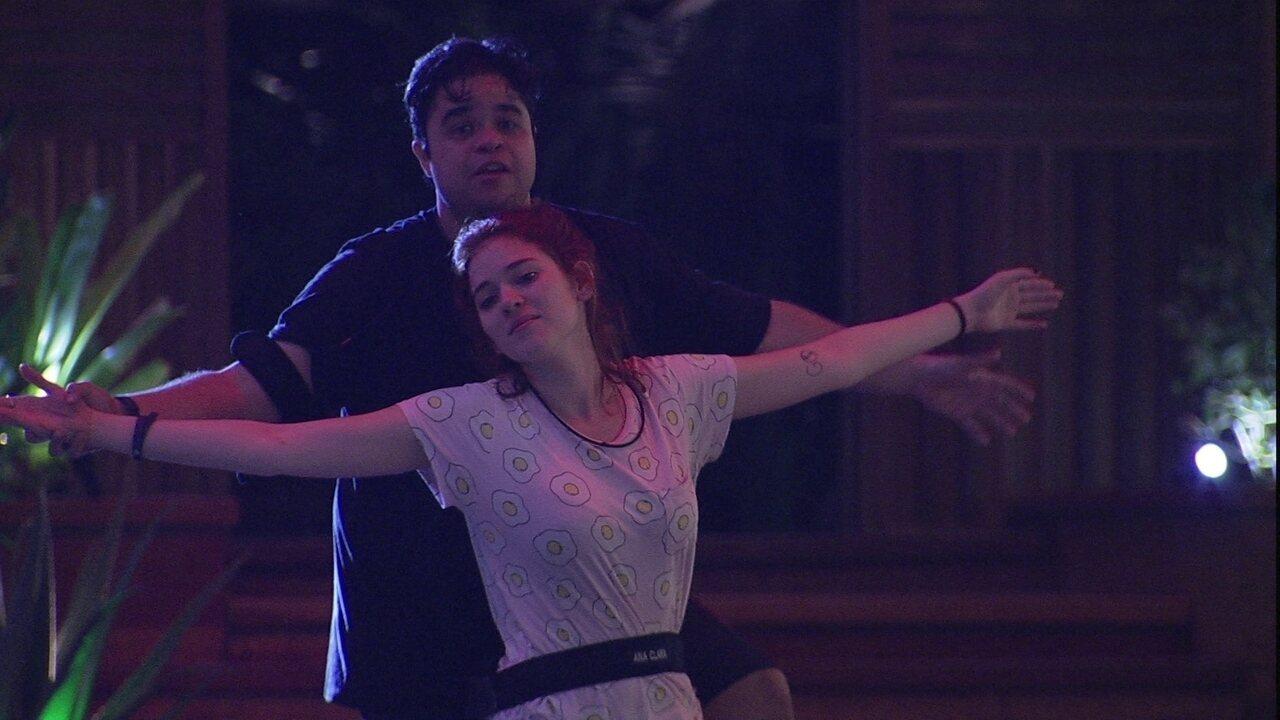 Jorge e Ana Clara imitam cena de 'Titanic'