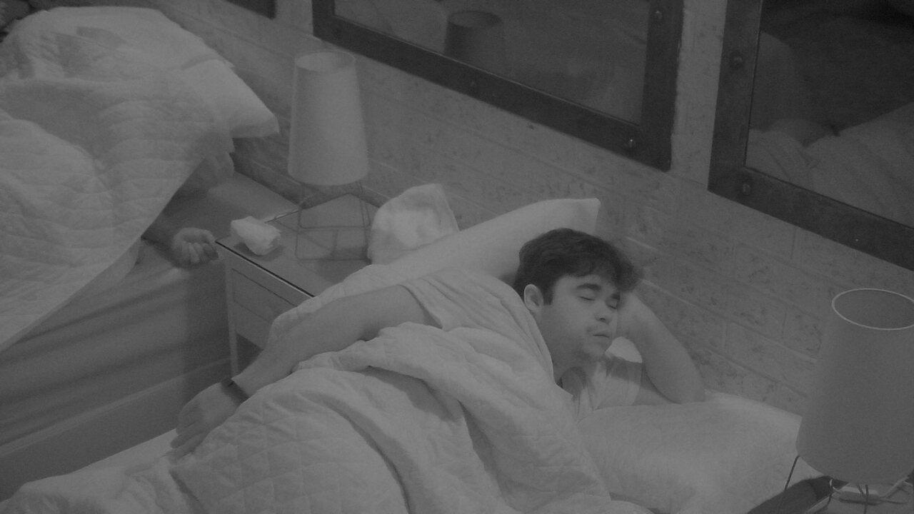 Jorge tosse e dorme com o braço apoiado