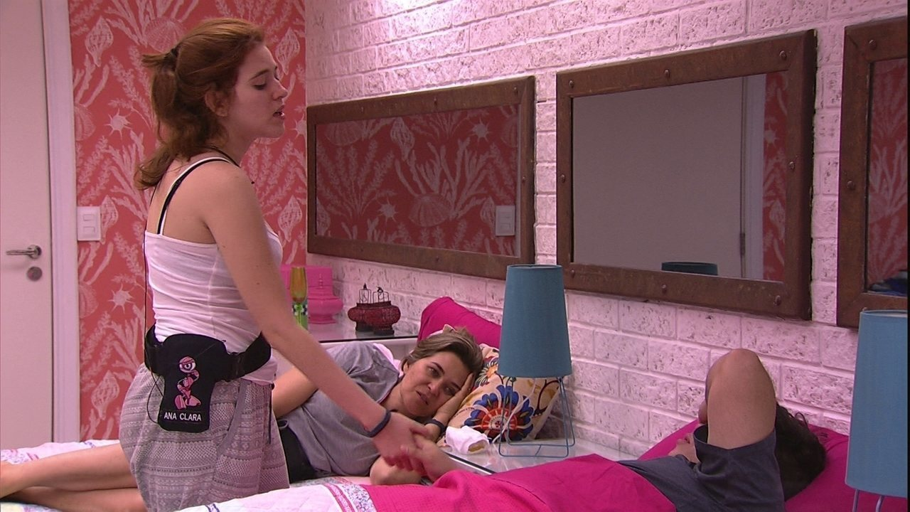 Ana Clara convida Jorge para curtir piscina