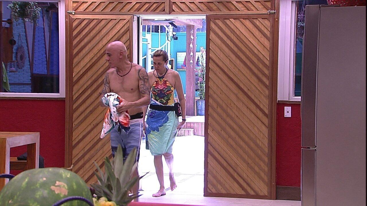 Ayrton e Eva saem da piscina para preparar feijão