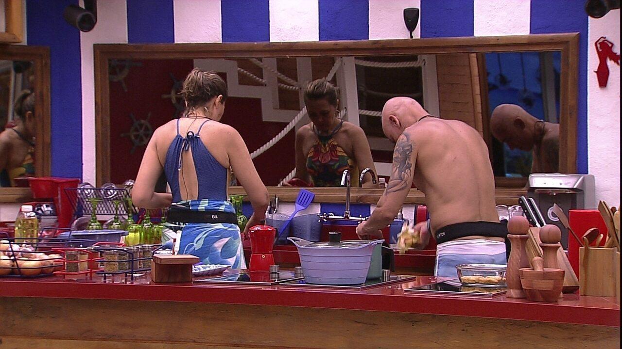 Eva lava louça enquanto Ayrton prepara o feijão