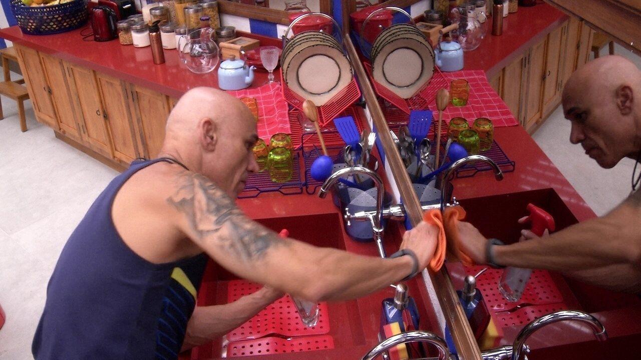 Ayrton faz limpeza na cozinha do BBB