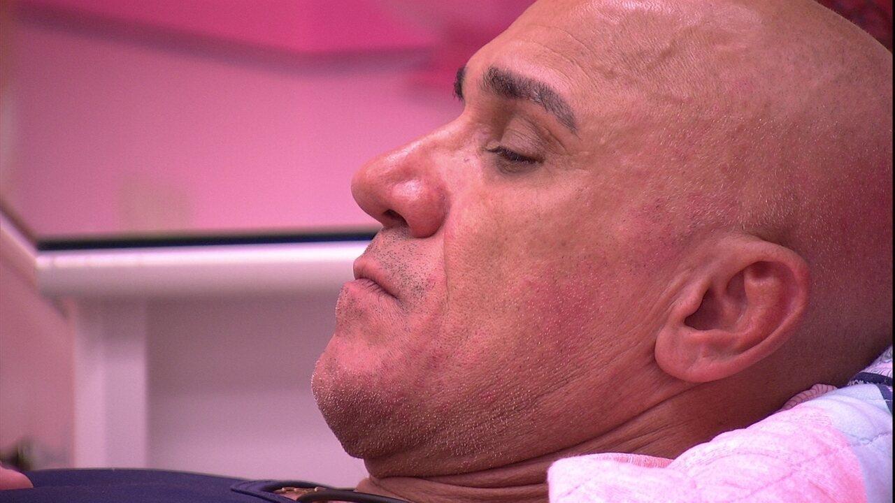 Ayrton observa Jorge e comenta: 'Tá ferrado'