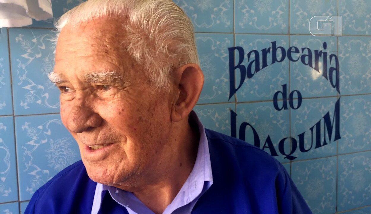 Barbeiro português fugiu da guerra para trabalhar em SP e está no mesmo local há 63 anos