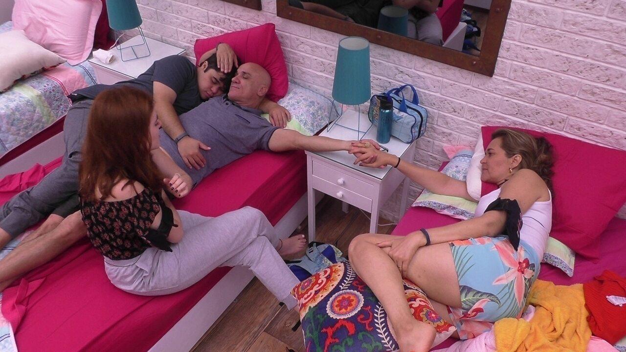 Ayrton e Eva ficam de mãos dadas no quarto