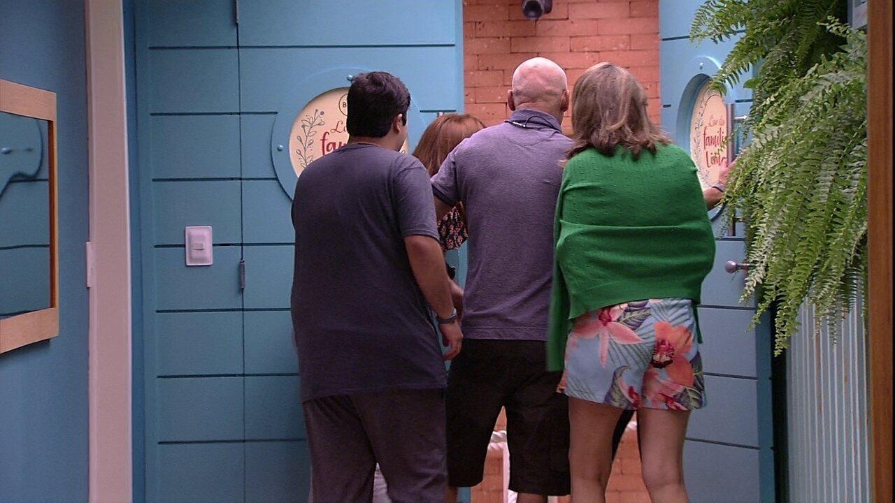 Jéssica abre a porta do Lar da família Lima entra e encontra quarteto