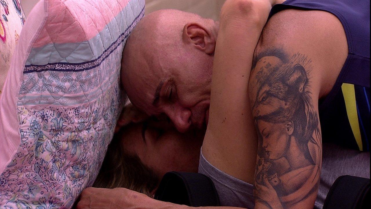 Ayrton e Eva se abraçam na cama no BBB18