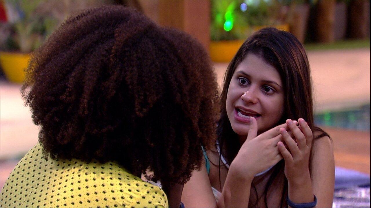 Ana Paula conta para Nayara que conhece todas as religiões