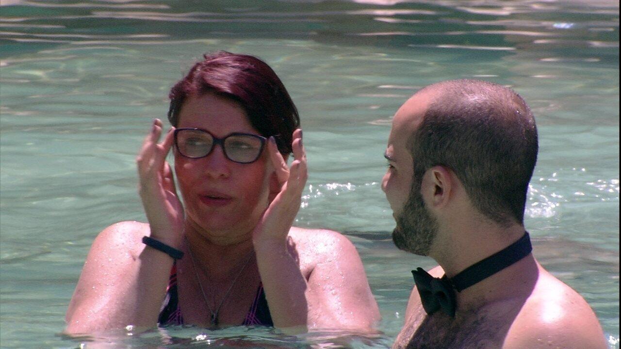 Mara avisa para Mahmoud: 'As meninas estão todas lá tranquilinhas no ar-condicionado'