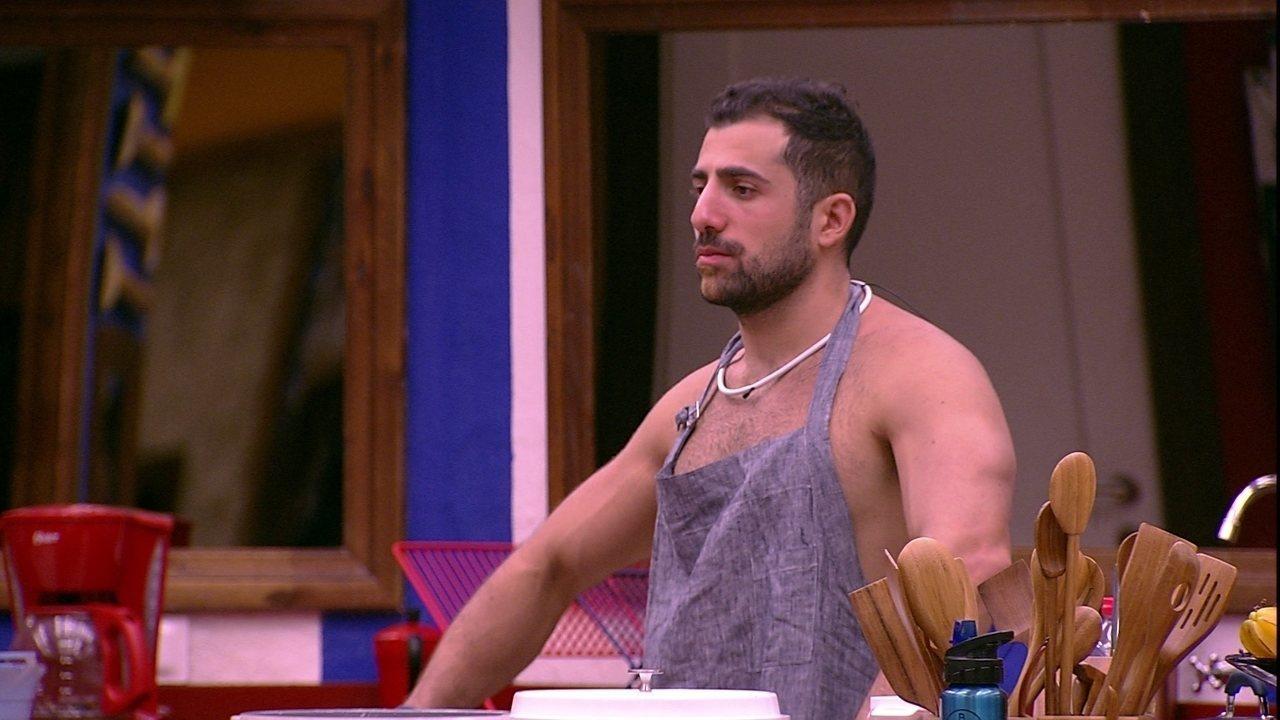 Kaysar observa conversa de brothers enquanto cozinha