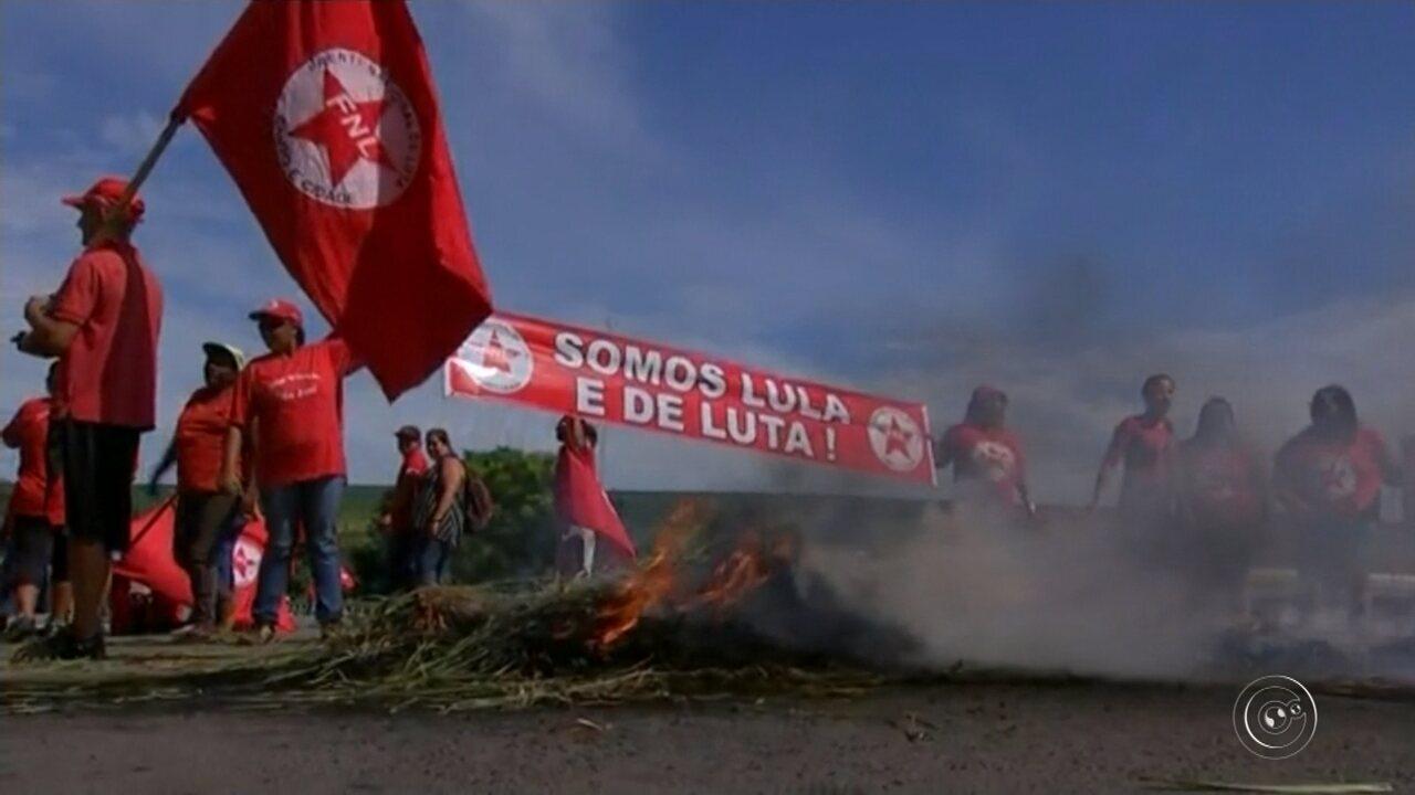 Manifestantes protestam em Itapetininga interditando a Raposo Tavares em apoio ao Lula