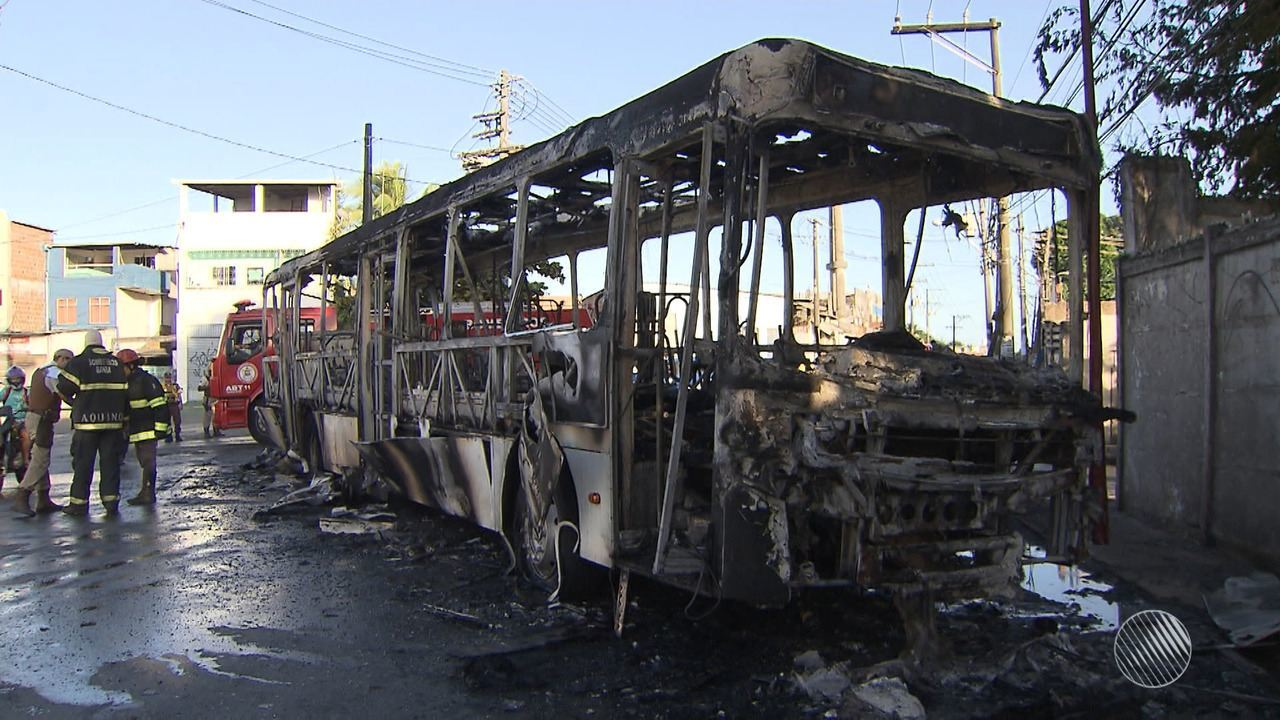 Ônibus é incendiado no Jardim Santo Inácio; caso pode ter relação com morte de menina