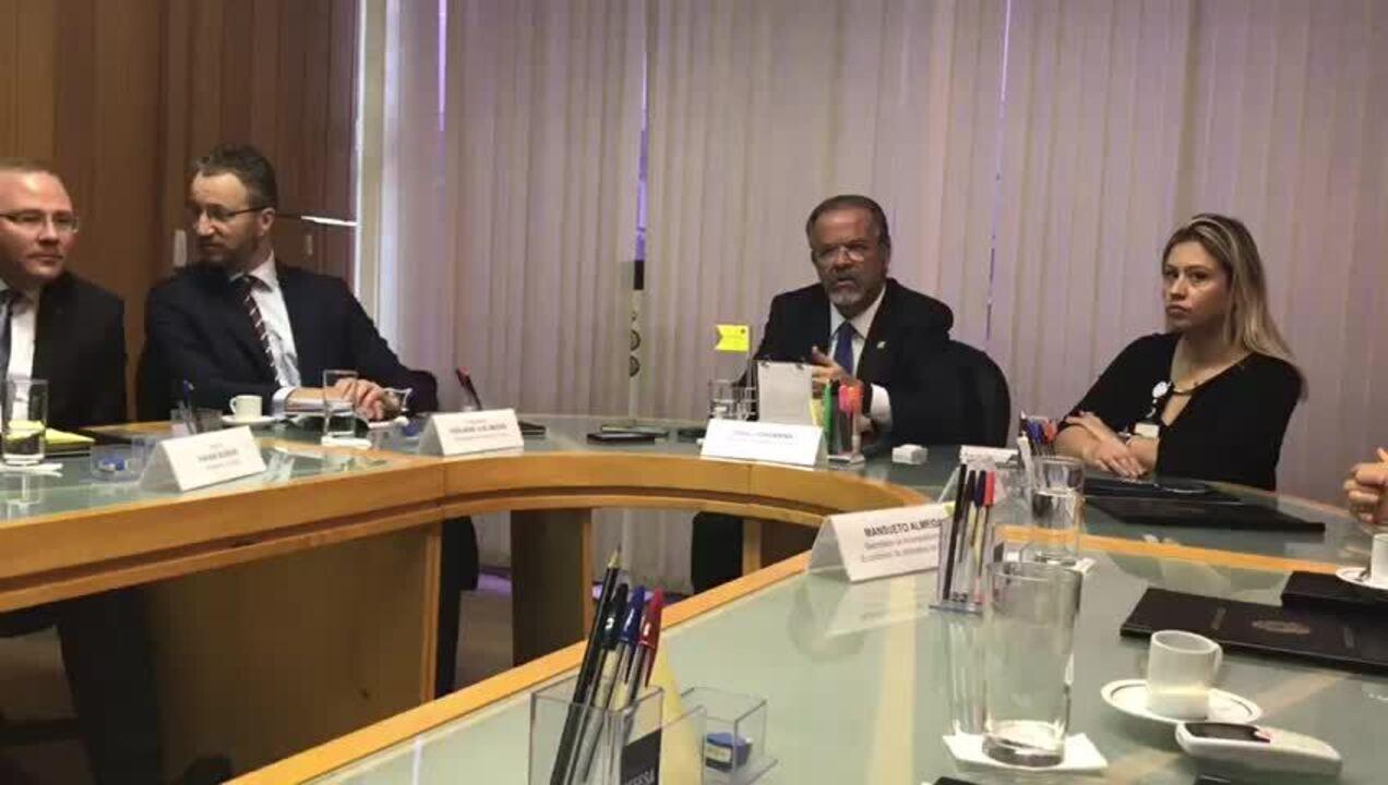 Ministro da Defesa, Raul Jungmann, em reunião com o presidente da Saab, Hakan Buskhe