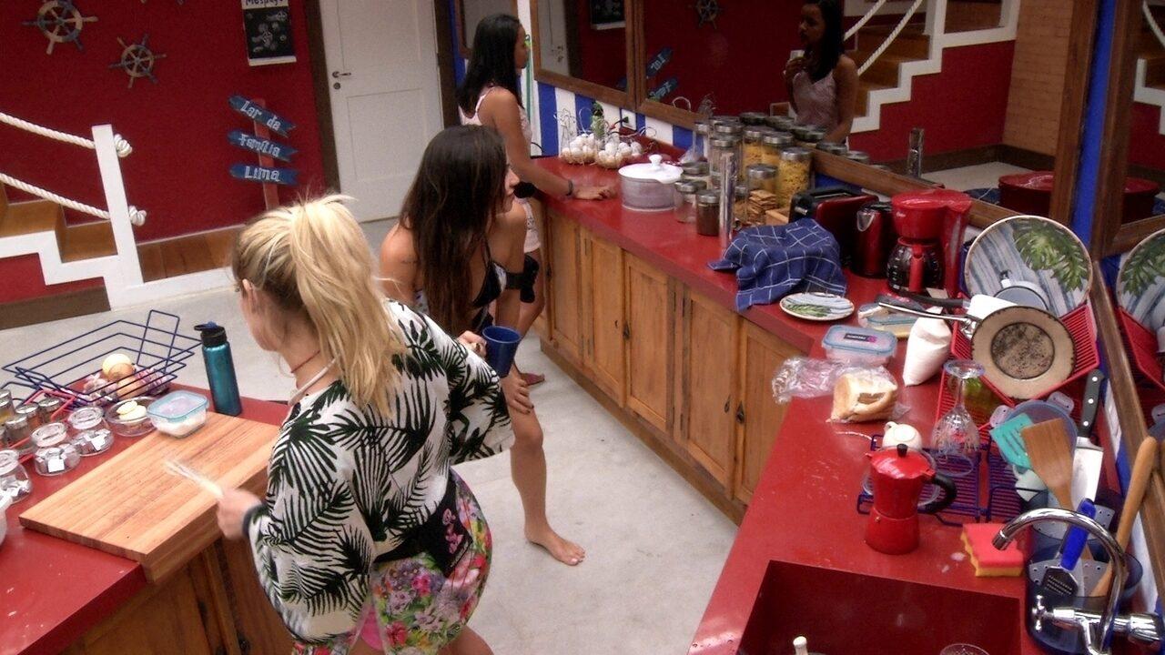 Jaqueline e Paula dançam na cozinha: 'Olha a explosão!'