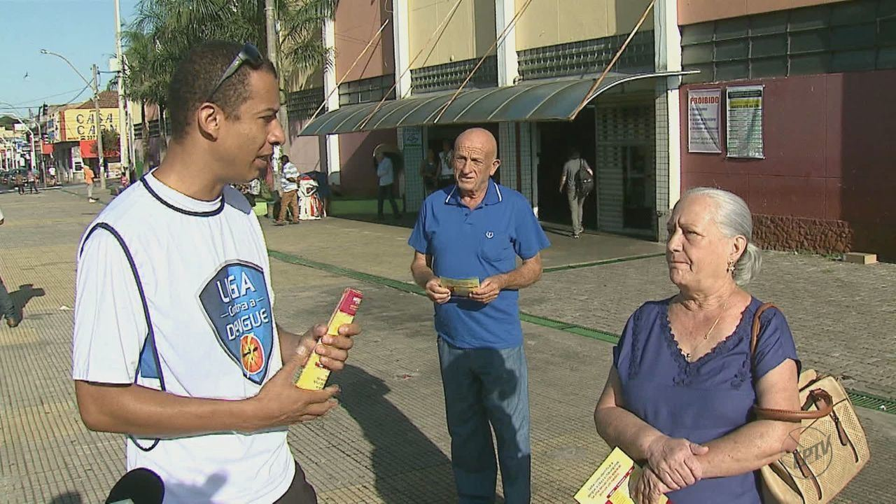 Mutirão contra o mosquito Aedes aegypti orienta moradores em São Carlos, SP