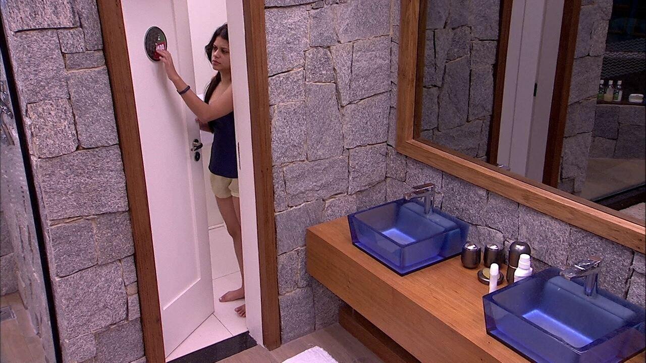 Ana Paula levanta para ir ao banheiro, mas logo volta a dormir