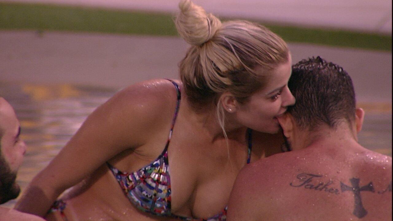Jaqueline morde a orelha de Kaysar na piscina
