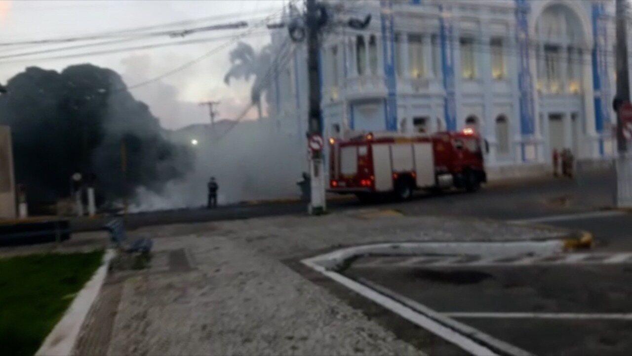 Manifestantes queimam pneus em protesto contra votação de pacote fiscal na AL